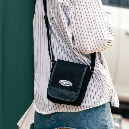 R RUBBER LABEL MINI CROSS BAG (BLACK)