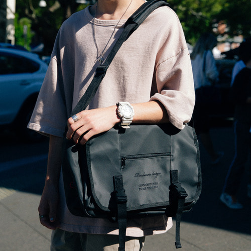 [11월29일 예약판매]CLAP CLAP MESSENGER BAG (JET BLACK)