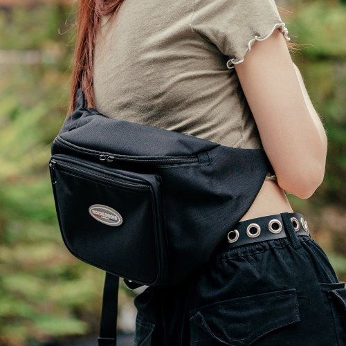 R RUBBER LABEL WAIST BAG (BLACK)