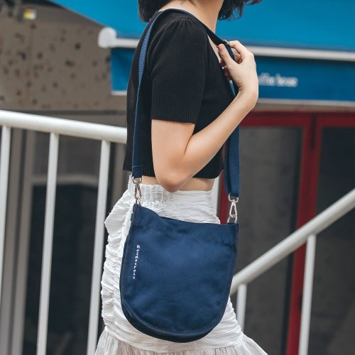 [#아울렛 한정_특가상품]HALF MOON MINI CROSS BAG (NAVY)